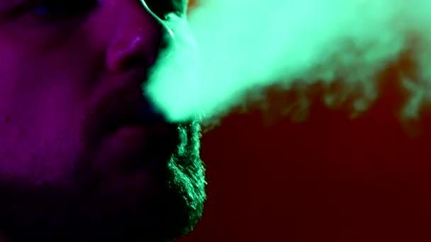 Primer plano de hombre fumar tradicional narguile — Vídeo de stock