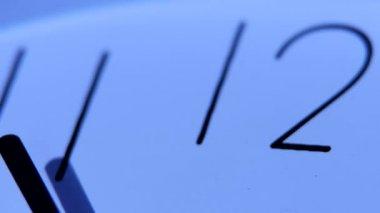 Uma imagem de um relógio branco à meia-noite. Close-up — Vídeo stock