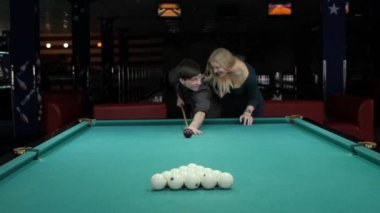 Young couple playing pool in entertainment center. Slow motion — Vídeo de Stock