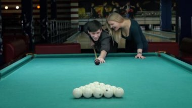 Happy couple playing pool. she supports her partner — Stock video