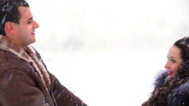 Мальчик и девочка, имея объятия в снегу — Стоковое видео