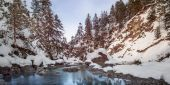 Small river between stones and snowy rocks in winter — Stok fotoğraf