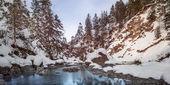 Malá řeka mezi kameny a zasněžené skály v zimě — Stock fotografie