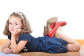 母の靴を着ている少女は読書とポーズ — ストック写真