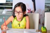 Bambina carina fare i compiti — Foto Stock
