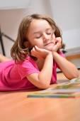 Niña soñando mientras lee un libro — Foto de Stock