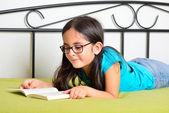 Muchacha leyendo un libro — Foto de Stock
