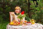 Красивая русская девушка с пышные, розовые и счастливого отдыха — Стоковое фото