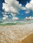 Mer avec les vagues et le ciel nuageux — Photo