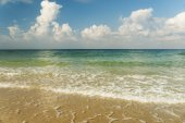 Sea with waves and cloudy sky — Stock Photo