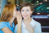 Biznes kobieta rozmawiać ze sobą w miejscu pracy — Zdjęcie stockowe