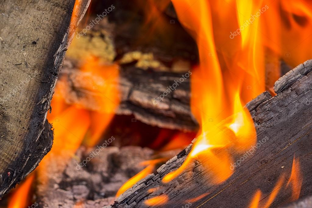 在火盆里燃烧的木头– 图库图片