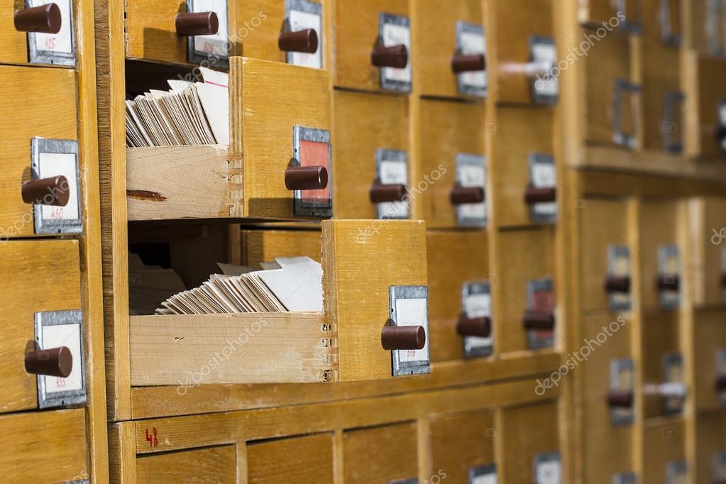 Старая деревянная картотека в библиотеке. купить фото 693270.