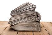 堆在一张木桌上的报纸 — 图库照片