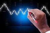 Empresario dibujar la tabla de valores — Foto de Stock
