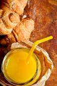 Круассаны с апельсиновым соком — Стоковое фото