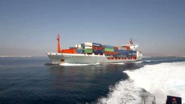 """Kontejnerová loď """"Renate P"""" plachtění v otevřených vod po opustit přístav Alicante, Španělsko. — Stock video"""
