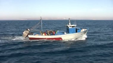 Old fishing boat sailing — Stock Video