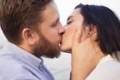 Hipster lindo casal apaixonado em um encontro ao ar livre no parque havi — Fotografia Stock