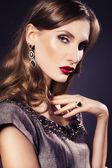 брюнетка красивая роскошная женщина в платье с чистой кожей и канун — Стоковое фото