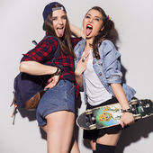 Two beautiful brunette women (girls) teenagers spend time togeth — Stock Photo