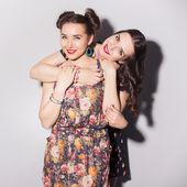 Två vackra brunett kvinnor (flickor) tonåringar tillbringar tid tillsammans — Stockfoto