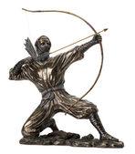 Bronzová socha ninja s lukem na bílém pozadí — Stock fotografie