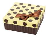 Scatola regalo marrone isolato su sfondo bianco. — Foto Stock
