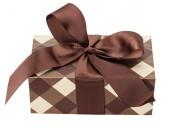 Caja de regalo marrón aislado sobre el fondo blanco — Foto de Stock
