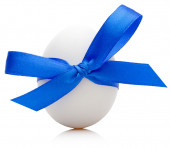 Easter egg with festive blue bow isolated on white background — Stock Photo