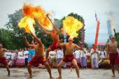 Performing arts fire sword dance, cultural Traditions — Stock Photo