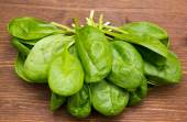 Fresh spinach leaves on wood from above — Stockfoto