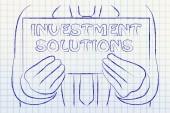 Hombre con cartel de soluciones de inversión — Foto de Stock
