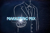 Zakenman die het woord marketingmix — Stockfoto
