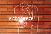 Zakenman die het woord E-commerce — Stockfoto