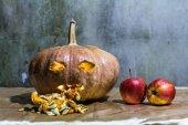 Hanté de citrouilles sculptées pour Halloween avec apple — Photo