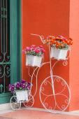 Fiori variopinti su bicicletta decorativa — Foto Stock
