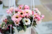 Flores artificiais em pote — Fotografia Stock