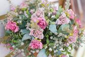 Sztuczne kwiaty w koszyku — Zdjęcie stockowe