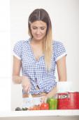 Giovane ragazza in cucina — Foto Stock