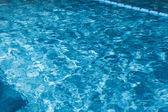 Piscina azul ondulado agua detalle — Foto de Stock
