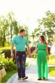 Mulher grávida e marido andando no parque — Foto Stock