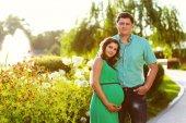 Felice e giovane coppia incinta. immagine tonica — Foto Stock