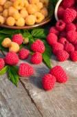 Red and yellow ripe raspberries — Stock Photo