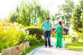 Gelukkige zwangere paar wandelen in het park — Stockfoto