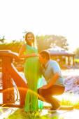 Mutlu genç adam hamile eşi karnını öper — Stok fotoğraf