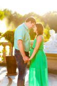 Gelukkig en jonge zwangere paar knuffelen in de natuur — Stockfoto