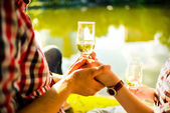 男人和女人叮叮当当酒杯香槟 — 图库照片