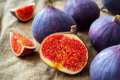Fresh figs on fabric background — Stockfoto
