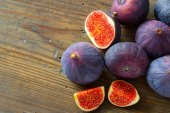 Fresh figs on wooden background — Stock Photo